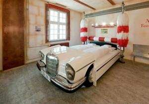 eski araba ile yapılmış dekoratif yatak