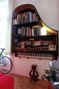 eski piano ile yapılmış dekoratif kitaplık