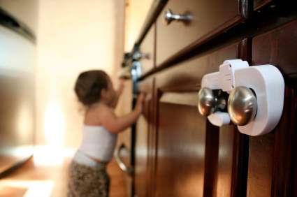 Çocuk güvenliği için dolap kapağı kilidi