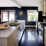 beyaz mermer krem dolaplar ve laciver duvar mutfak dekorasyonu