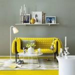 gri renk duvar ile sarı koltuğun uyumu